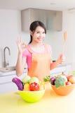 Ama de casa de la belleza en cocina Foto de archivo libre de regalías