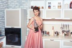 Ama de casa de la mujer en la cocina fotografía de archivo