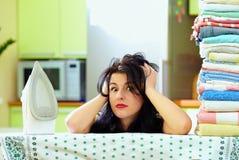 Ama de casa después de planchar la ropa, interior del hogar Foto de archivo libre de regalías