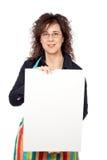 Ama de casa en el delantal que sostiene el cartel en blanco Imagen de archivo