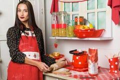 Ama de casa en la cocina Fotografía de archivo