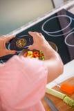 Ama de casa en la cocina Fotos de archivo