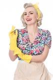 Ama de casa feliz que pone en los guantes de goma, conce chistoso de los años 50 Fotos de archivo libres de regalías