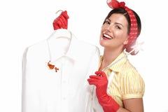 Ama de casa hermosa de la mujer que muestra una camisa sucia fotografía de archivo
