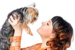 Ama de casa hermosa joven y un pequeño perro Imagen de archivo libre de regalías