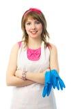 Ama de casa joven con los guantes de goma azules Fotos de archivo libres de regalías