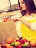 Ama de casa de la mujer en cocina con muchas frutas Fotos de archivo