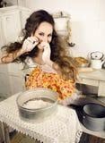 Ama de casa loca de la mujer real en la cocina, comiendo perfoming, muchacha del bizare Imagen de archivo