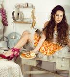 Ama de casa loca de la mujer real en la cocina, comiendo perfoming, muchacha del bizare Imágenes de archivo libres de regalías