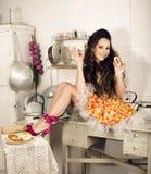 Ama de casa loca de la mujer real en la cocina, comiendo perfoming, muchacha del bizare Fotos de archivo