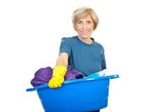 Ama de casa mayor con el lavadero Fotografía de archivo libre de regalías