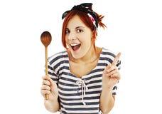 Ama de casa modela hermosa del estilo con la cuchara de madera Fotos de archivo libres de regalías
