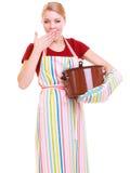 Ama de casa o cocinero cansada en delantal de la cocina con el pote de sopa que bosteza Imagenes de archivo