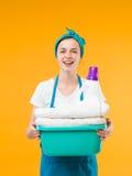 Ama de casa preciosa que sostiene el lavadero Foto de archivo
