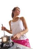 Ama de casa que cocina el plato Fotos de archivo
