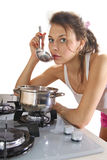 Ama de casa que cocina el plato Imágenes de archivo libres de regalías