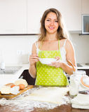 Ama de casa que cocina en casa la cocina Fotografía de archivo libre de regalías