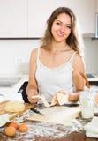 Ama de casa que cocina en casa la cocina Imágenes de archivo libres de regalías