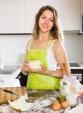 Ama de casa que cocina en casa la cocina Fotos de archivo