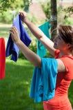 Ama de casa que cuelga el lavadero Foto de archivo libre de regalías