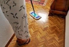 Ama de casa que limpia el piso de madera Fotografía de archivo