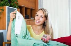 Ama de casa que mira las nuevas cortinas Foto de archivo libre de regalías