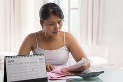 Ama de casa que trabaja en informe del impuesto Fotografía de archivo
