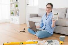 Ama de casa que usa el remodelado de la casa de la planificación por ordenador Fotografía de archivo libre de regalías