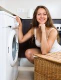 Ama de casa que usa la lavadora Imagen de archivo