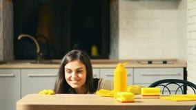 Ama de casa Satisfied con la tabla limpia almacen de metraje de vídeo