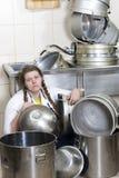 Ama de casa y pila cansadas de platos sucios Imagen de archivo libre de regalías