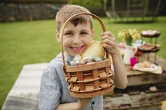 Ama ovos de chocolate imagem de stock