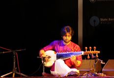 Amaan Ali Khan joga Sarod em Barém Imagem de Stock