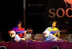 Amaan & Ayaan jogam Sarod em Barém, novembro 2012 Foto de Stock
