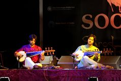 Amaan & Ayaan plays Sarod i Bahrain, Nov 2012 Arkivfoto