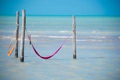 Amaca due sopra il mare caraibico Isola di Holbox vicino a Cancun Lonel Fotografia Stock Libera da Diritti
