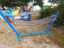 Amaca per rilassamento delle nelle poltrone colorate multi di schiarimento Immagine Stock Libera da Diritti