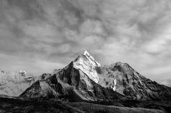 Amadablam Himalaia enorme da montanha com geleiras em Nepal fotografia de stock royalty free