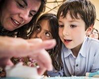 AMADORA/PORTUGAL- 25 Αυγούστου 2015 - μητέρα που βοηθά τα παιδιά Στοκ Εικόνες