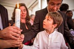 AMADORA/PORTUGAL-, 25. August 2015 - Kind, welches die Kerze von seinem aufhebt Stockbilder