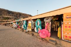 Amadores, Gran Canaria na Espanha - 14 de dezembro de 2017: As lojas no Amadores encalham a venda de brinquedos infláveis da prai Fotografia de Stock Royalty Free