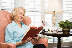 Amadureça a leitura da mulher. foto de stock