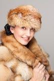 Amadureça a mulher no retrato do chapéu forrado a pele Fotografia de Stock