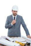 Amadureça o arquiteto masculino que pensa ao trabalhar em um modelo fotos de stock