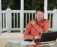 Amadureça o cano principal na dor ao trabalhar do escritório domiciliário Imagem de Stock