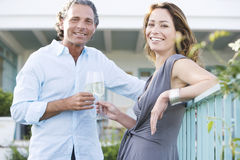 Pares maduros no balcão do vinyard. imagens de stock