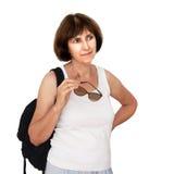 Amadureça o turista fêmea, saudável e bronzeado, com o CCB da mochila aka Imagem de Stock