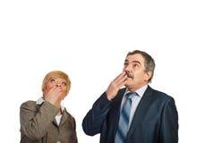 Amadureça os executivos espantados que olham acima para copiar Fotos de Stock Royalty Free