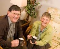 Amadureça os pares de um homem mais idoso e de uma mulher que relaxam Imagens de Stock