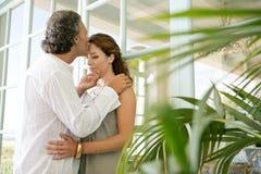 Amadureça os pares que abraçam em casa. imagens de stock